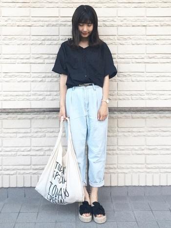 より90年代の雰囲気を出したい方は、薄めのジーンズを選んで。素足にサンダルを合わせれば、女性らしいコーデになりますよ。