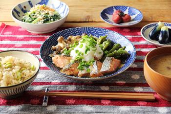 秋鮭。  綺麗な鮭色は青い柄のお皿がぴったり。捕色の関係に近い色合いなので、お互いを引き立て合います。大きいお皿に盛るときは、鮭を何等分かに切って、重なるように並べます。皮部分と身との間にもよいコントラストが生まれて、見た目にも美しいし食べやすくなりますよ。