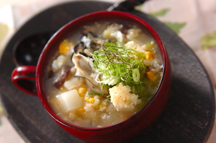 和食が食べたいときには玄米雑炊などはいかがですか? カブ、白ネギ、しいたけ、などの具材に、カキのだしの旨みが効いてあっさりと頂ける一椀です。