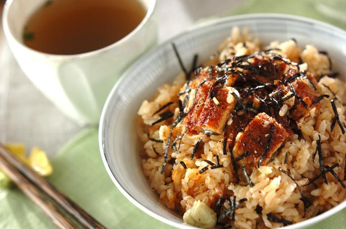 生姜と舞茸を入れて炊いたあと、刻んだウナギ蒲焼きを混ぜて作る炊き込みご飯です。うな丼やひつまぶしとはまた違った風味が楽しめ、チキンベースのさっぱりスープを用意しておけば、おかわりの時にはダシ茶漬けとして二度美味しくいただけます。