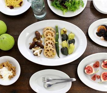 椎茸のマリネ。  丸いオーバルのお皿に、彩り豊かなきのこなどを、それぞれ素材の形が引き立つよう整列させて並べます。ごちゃごちゃせずに、品よく可愛く見える盛り付け方です。