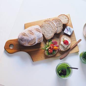 パンをカットしてそのままカッティングボードをモーニングプレートの代わりにアレンジしました。お皿に盛りつけるよりも、ナチュラルな風合いが高まりますね。