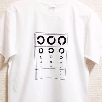 【あなたの視力はどうですか?Tシャツ】 https://www.creema.jp/item/1383020/detail  あれ、視力落ちてきたかな…?   そんな方にはこのTシャツがおすすめです。 (実際に測定はできません)   「目を大切に」そんなメッセージを感じるデザインとなっています。