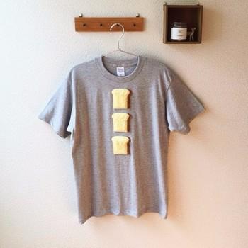 """【ほわほわT""""フレンチトースト""""3枚切】 https://www.creema.jp/item/3464909/detail  思わず、「あれ、本物?」と目を疑ってしまうボア生地製フレンチトーストが縫い付けられたTシャツ。   シンプルなデザインながら、独特の存在感を放っています。"""
