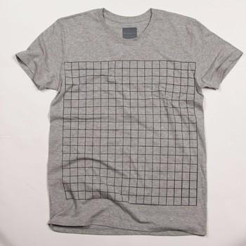 【実寸サイズの囲碁盤Tシャツ】 https://www.creema.jp/item/516951/detail  「あれ?普通だな…」そう思った方、もう一度よく見てください。   この線の囲みどこかで見たことはありませんか?   実はこれ「碁盤」がプリントされたTシャツなんです。   普通に着るのも着るもよし、実際に碁盤として碁を指すのもまた良しです。