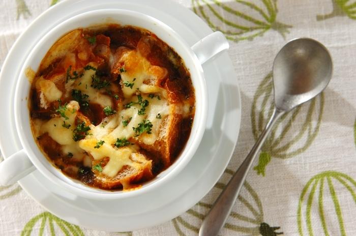 市販のあめ色玉ねぎを使った、時短のオニオングラタンスープ。時間がないときは、これもアリですね。簡単ですが、味は本格的です。