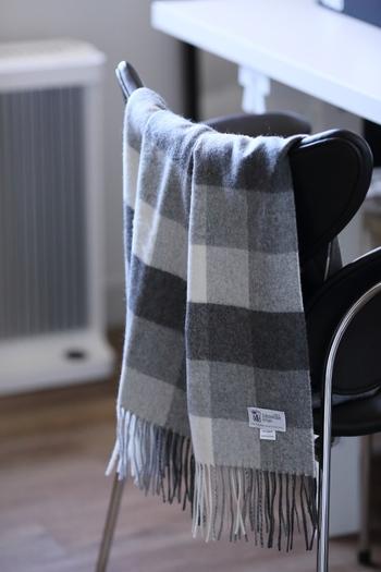 グレーチェックのショールはひざかけとしても優秀です。小さめに折りたたんで椅子にかけておくと、簡単に秋の雰囲気を醸し出すことができますね。