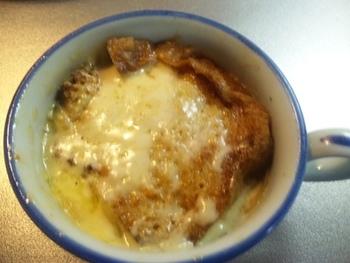 あえて塩にこだわったオニオングラタンスープ。うまみのある粗塩は、どんな料理にもいい味を出してくれますね。