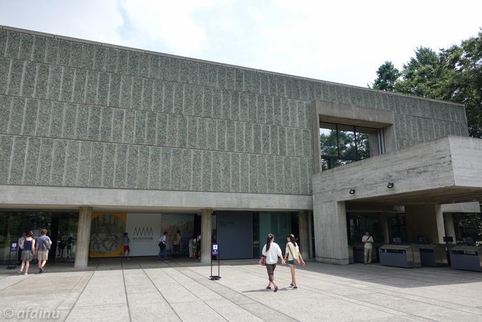 世界文化遺産として登録された国立西洋美術館。JR上野駅の公園口から徒歩1分ほどのところにあります。世界的に有名な作品を集めた企画展のほか、充実した常設展も人気があります。