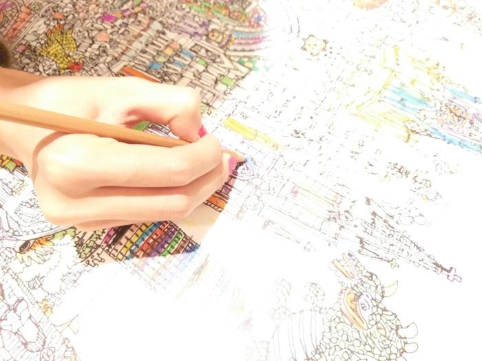 大人気のコロリアージュは大人のための塗り絵のこと。細かな絵柄を思い思いの色で塗っていくと、日常を忘れてしまうほど集中することができます。出来上がった作品を飾っておくのもいいですね。