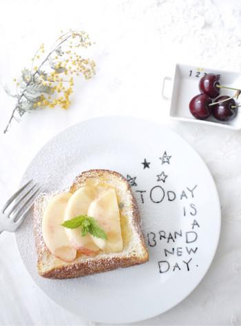 シンプルな白いプレートに好みの文字や絵を描きいれると、思い出に残る食器が出来上がります。子どもと一緒にやってみるのもおすすめです。
