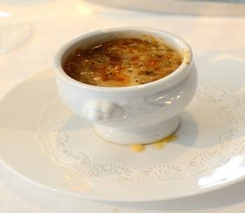 1953年、中洲に福岡初の本格的なフランス料理店として誕生。マリリンモンローとジョー・ディマジオが訪れたことでも知られます。福岡でオニオングラタンスープといえば、このお店だとか。