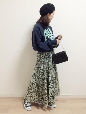 トレーナーを女性らしく着こなしたい方は、クラシカルな花柄スカートを選んで。フォーマルなバッグを合わせるのも◎