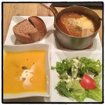 日本で初めてのスープ専門レストラン「すうぷ屋」。メインになるボリュームたっぷりのスープが人気です。写真は、オニオングラタンすうぷがセットになった「おすまし貴婦人のこっそり夜食」。