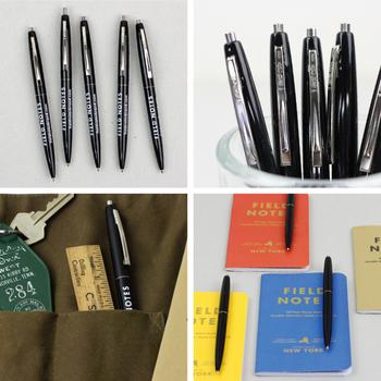 「FIELD NOTES(フィールドノート)」という、シカゴのブランドのボールペン。フィールドノートとは、アメリカの農場で昔から販促用に配られていたメモ帳のことだとか。BICのClicにプリントされたロゴが印象的。何本も欲しい定番のペンです。