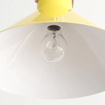 電球は、100Wのクリア電球が付属。懐かしさを感じる電球の灯りに癒やされます。