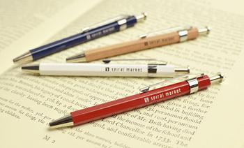 まるで鉛筆のような質感の木軸ボールペンは、優しい感触。ペン先は細く、書き心地もなめらかです。小さめのサイズですので、携帯にも便利。ロングタイプもあります。色は4タイプ。