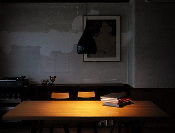 テーブル上の必要な部分だけを照らすダウンライトスタイル。明るさや色味は好みの電球色で変えられるので、設置場所の雰囲気に合わせられるのも使いやすさのポイントです。
