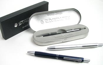 こちらは、製図用品で知られるステッドラーの多機能ペン「アヴァンギャルド」。シャープペン、黒・赤ボールペン、蛍光ボールペンがセットになっています。ク―ルなデザインで、男性への贈り物にもおすすめです。
