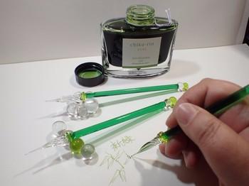 お手頃な価格で手に入るカラスのペン。女性らしい線の細い文字が書けます。お部屋のインテリアにもなりそうですね。