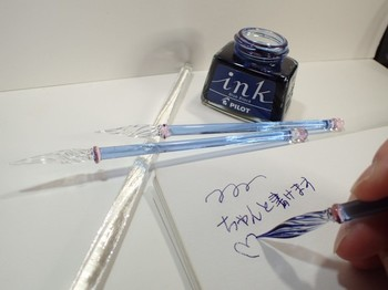 その美しさに心がときめく、薄藤色のガラスペン。大切な人へのメッセージをしたためたくなります。