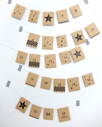 シンプルな封筒でも作れます。蓋の部分にひもを通して壁に飾り付けるだけ♪