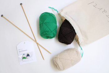 冬を前に、マフラーやキャップなどを自分で編んでみるのも素敵ですね。まずは糸のかけ方を学習すれば、あとは同じように手を進めていくだけ。編み物は動画を見てみると、糸のかけ方や糸の処理の仕方が分かりやすいですね。