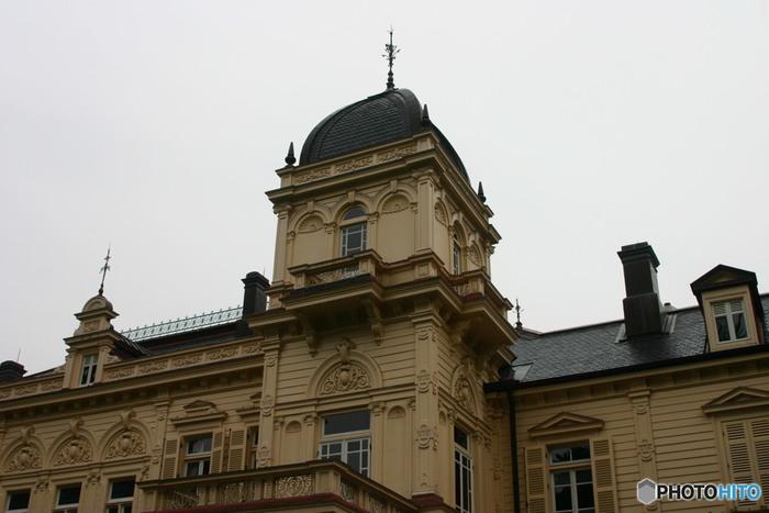 こちらもジョサイア・コンドルが設計し、明治29年に完成した由緒ある建築物です。岩崎彌太郎の長男で三菱第3代社長の久彌の本邸として作られました。洋館と和館が結合されていますが、現在は和館は大広間の1棟だけが残されています。