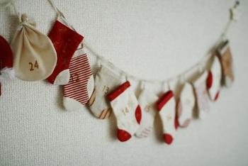布で巾着や靴下の袋を作ってもおしゃれですね。数字のスタンプを押してぶら下げて。インテリアとしても素敵ですよね。