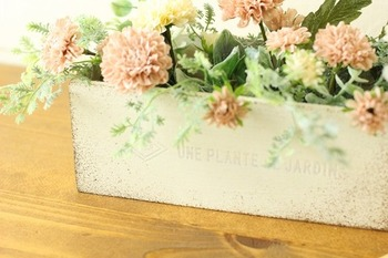 最後にセリアの造花を挿し込めば完成です!もちろん、お花の種類や量はお好みで。ペイントの色を自分好みに変えるのもいいですね。