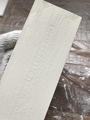 全体に塗るのは、家具や壁にも使用できる【GRAFFITI PAINT(グラフィティーペイント)】の「Diamond Dust(ダイヤモンド ダスト)」というカラー。ホワイトよりもわずかにグレーがかっているのが特徴です。
