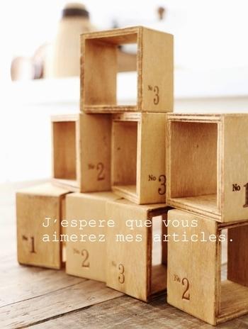 続いてご紹介するのは、ディスプレイ用のボックスを使ったアレンジです。使用するのは、セリアのディスプレイボックス。背面のないデザインで、棚に並べたり、壁に固定したりするのに適しています。