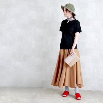 コンパクトに巻いてチョーカー風にしたスタイルも。シンプルながらも好感度のある装いに。