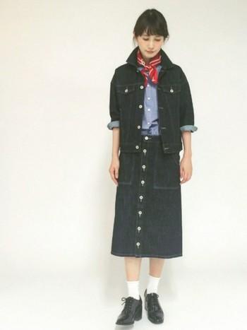 上下デニムのスタイルが90年代の雰囲気をいっそう高めてくれるコーデ。アメリカンな装いを意識した赤のバンダナ風スカーフが好バランスです。