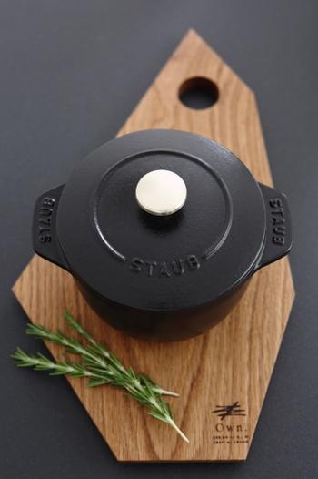 食卓に鍋ごとサーブするときに、カッティングボードを鍋敷きとして使ってみませんか?フォルムが綺麗なカッティングボードなら、こんなに素敵な雰囲気を演出できます。