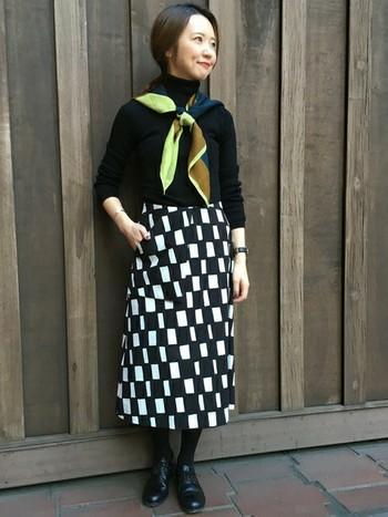 ヴィンテージ風のスカートによく似合う個性的なスカーフ。リボンのように巻いたクラシカルな雰囲気が素敵です。