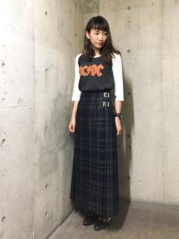 肩の切り替えが特徴の「ラグラン」タイプのロングTシャツは秋にぴったり。チェックのロングスカートで女性らしいロックスタイルの完成。