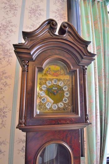 細部の装飾まで美しいボンボン時計。こういったアンティークな品々を館内では見ることができます。
