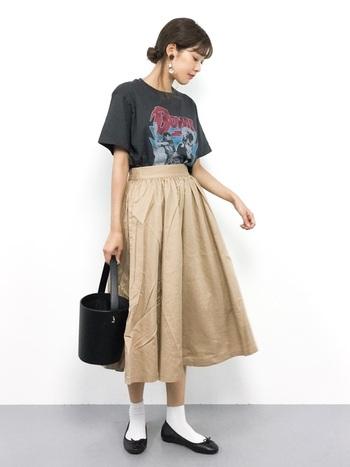 女性らしいAラインスカートにも◎ 清潔感のある白ソックスにシンプルなバレエシューズがかわいさを残してくれます。