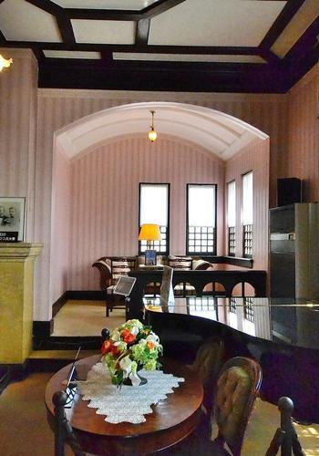 風見鶏の館は、ドイツの貿易商・ゴッドフリート・トーマス氏により明治42年(1910年)に自宅として建てられました。こちらはリビング。珍しい天井部分のアーチにご注目。この天井下のスペースでは、椅子に座って記念撮影を行う観光客の方も多く見られます。