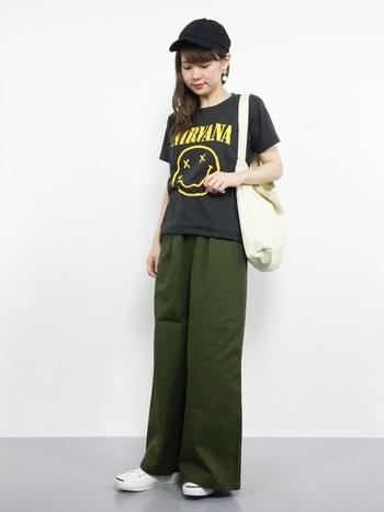 気負わないシンプルなスタイルにもロックTシャツがよく似合います。キャップを合わせてカジュアルに着こなして。