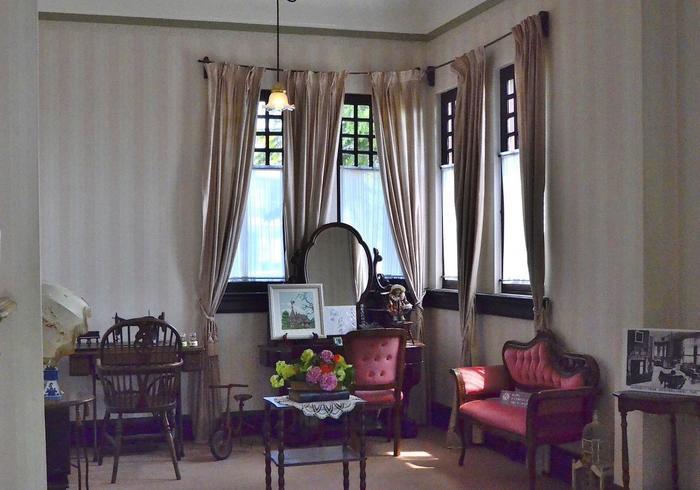 2階の子供部屋。深紅のベロアの長椅子やエレガントな鏡台などラグジュアリーな雰囲気なので、説明されなければ子供部屋とは分かりませんね。年頃の娘さんの部屋だったため、鏡台や足踏みミシンがあります。