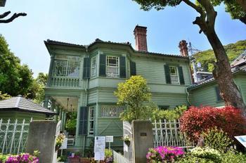 外壁がきれいな「萌黄色」(春の若葉のような黄緑色)をしている「萌黄の館」。アメリカ総領事のハンター・シャープ氏の自宅として、明治36年(1903年)に建てられました。