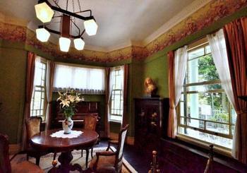 食堂と居間を兼用した部屋。細部まで贅沢な装飾が施されていますので、注目して見てみましょう。
