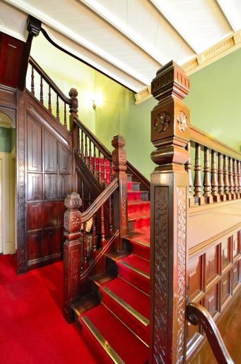 階段にもアラベスク風の模様が施されていますので、ただの通路としてではなく、時間が許す限り鑑賞してくださいね。