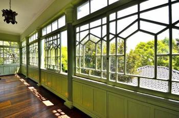 日当たりのよいサンルーム。窓からは、神戸の街を一望できます。ガラス枠の幾何学模様は特徴的で、萌黄の館の象徴にもなっています。