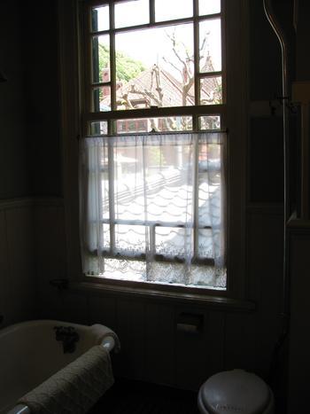 浴室からは風見鶏の館が見えます。萌黄の館は2階からの見晴らしが良いことでも人気。