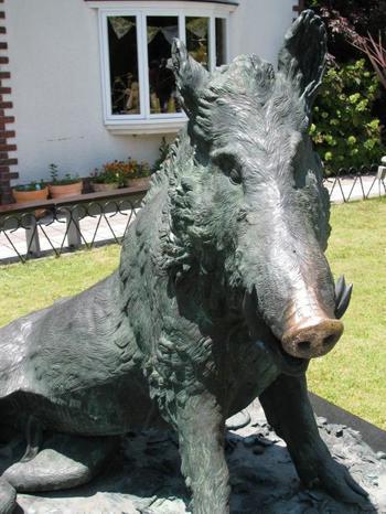庭にあるイノシシのブロンズ像「ポルチェリーノの猪」。異人館のある北野は、近くの六甲山に住む野生のイノシシが現れることもしばしば。この像の鼻をなでると幸運が訪れるとの噂もありますので、ぜひなでてみて下さい。