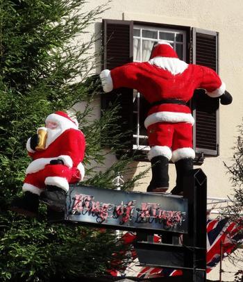 クリスマスの時期には異人館の外部にサンタが出現!イタリア館の項目で少しご紹介したとおり、内部もクリスマス仕様の装飾やテーブルコーディネートが施されますので、クリスマス時期に訪れるのもおすすめ。 異国情緒溢れる北野の街をぜひ楽しんでください。