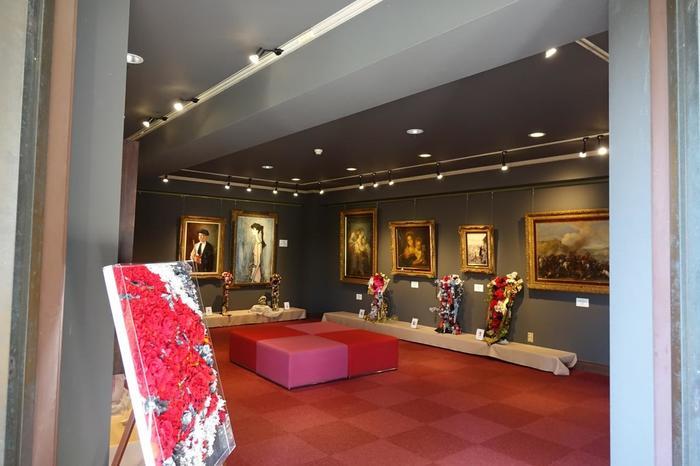 隣接する「うろこの館美術館」。マティス、ユトリロ、ルノワール、ルオーなどの作品が展示されています。